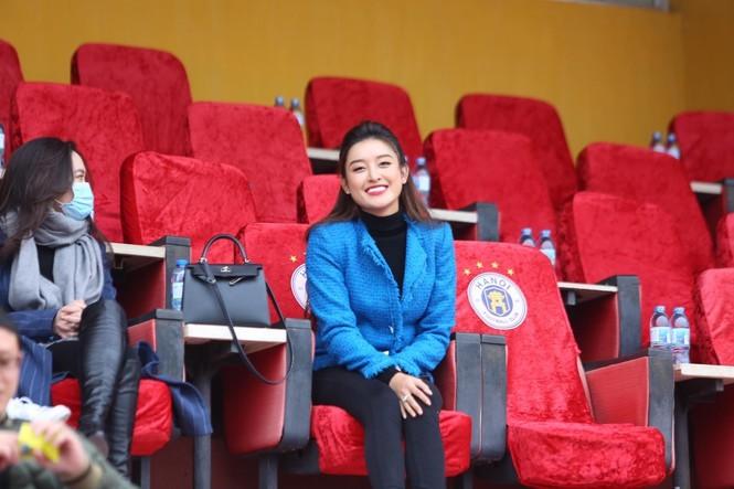 Huyền My xinh đẹp đi xem đá bóng thu hút sự chú ý của báo Thái Lan - ảnh 3