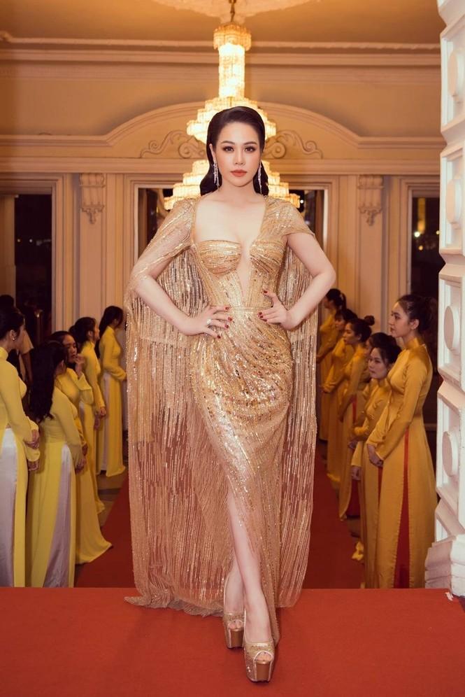 'Đụng hàng' tới 5 mỹ nhân showbiz, Á hậu Phương Anh vẫn được khen đẹp tựa 'nữ thần' - ảnh 8