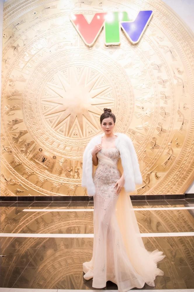 Đỗ Thị Hà mặc đồng phục giản dị đến trường, Lương Thuỳ Linh khoe vai trần gợi cảm với váy yếm - ảnh 11