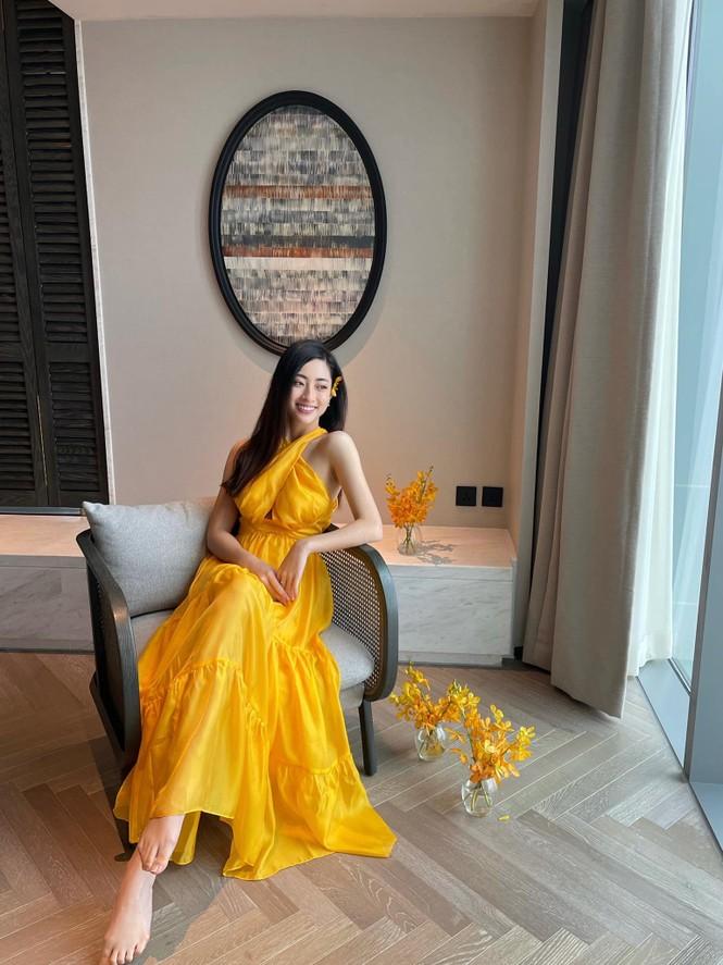 Đỗ Thị Hà mặc đồng phục giản dị đến trường, Lương Thuỳ Linh khoe vai trần gợi cảm với váy yếm - ảnh 3