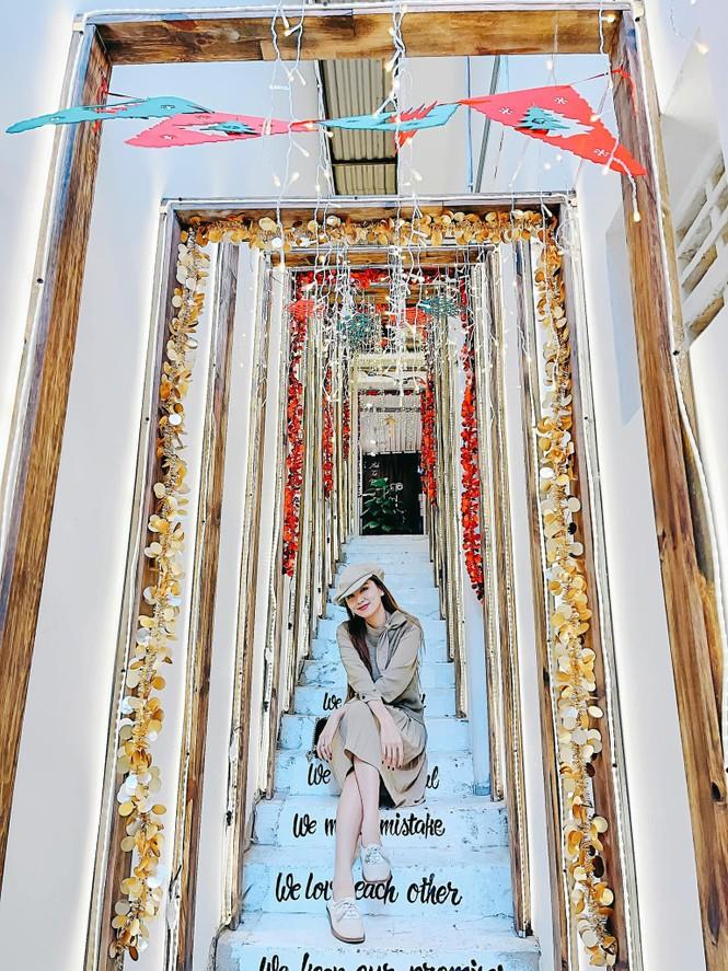 Đỗ Thị Hà mặc đồng phục giản dị đến trường, Lương Thuỳ Linh khoe vai trần gợi cảm với váy yếm - ảnh 12