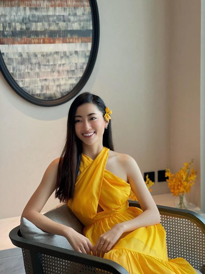 Đỗ Thị Hà mặc đồng phục giản dị đến trường, Lương Thuỳ Linh khoe vai trần gợi cảm với váy yếm - ảnh 2