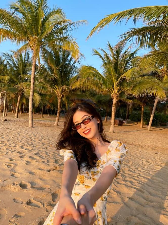 Đỗ Thị Hà mặc đồng phục giản dị đến trường, Lương Thuỳ Linh khoe vai trần gợi cảm với váy yếm - ảnh 9