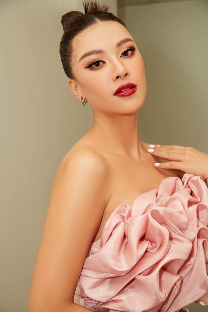 Đỗ Thị Hà mặc đồng phục giản dị đến trường, Lương Thuỳ Linh khoe vai trần gợi cảm với váy yếm - ảnh 6