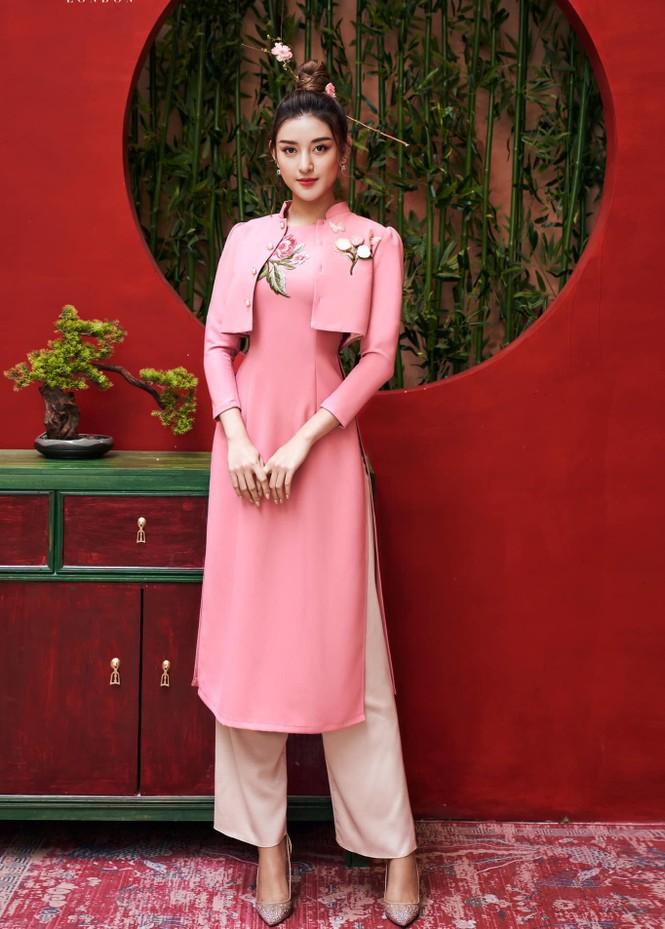 Đỗ Thị Hà mặc đồng phục giản dị đến trường, Lương Thuỳ Linh khoe vai trần gợi cảm với váy yếm - ảnh 4