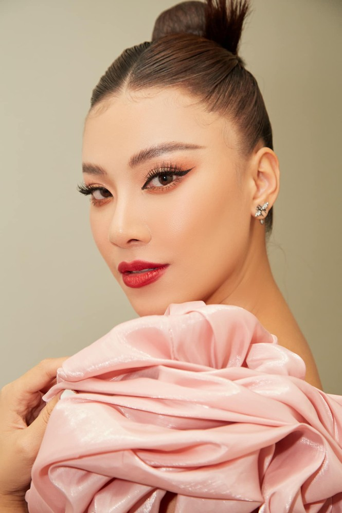 Đỗ Thị Hà mặc đồng phục giản dị đến trường, Lương Thuỳ Linh khoe vai trần gợi cảm với váy yếm - ảnh 7