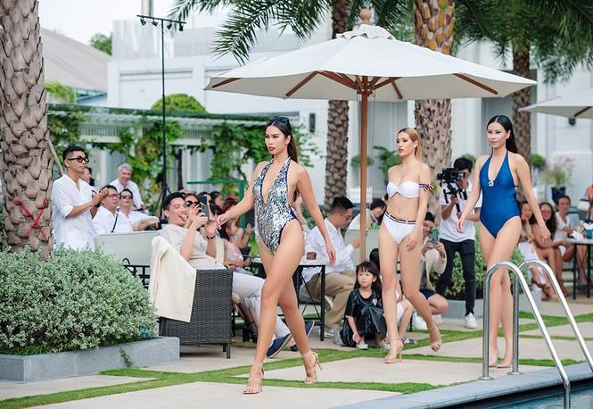 Siêu mẫu Hà Anh nóng bỏng trình diễn áo tắm  - ảnh 2