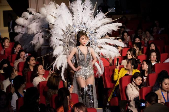 Quỳnh Nga đeo đôi cánh lông vũ carnaval hoành tráng, khoe vòng một nóng bỏng - ảnh 7