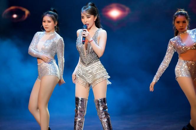 Quỳnh Nga đeo đôi cánh lông vũ carnaval hoành tráng, khoe vòng một nóng bỏng - ảnh 12