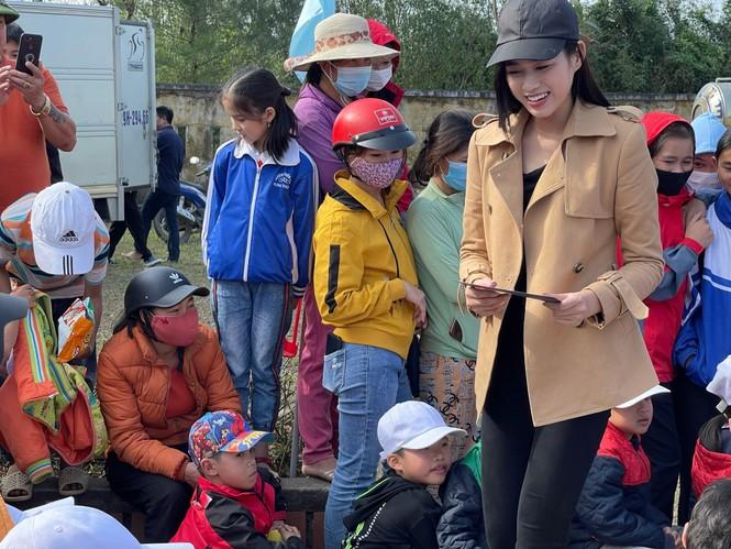Hoa hậu Đỗ Thị Hà lần đầu trổ tài ca hát khi đi từ thiện ở Quảng Bình  - ảnh 1