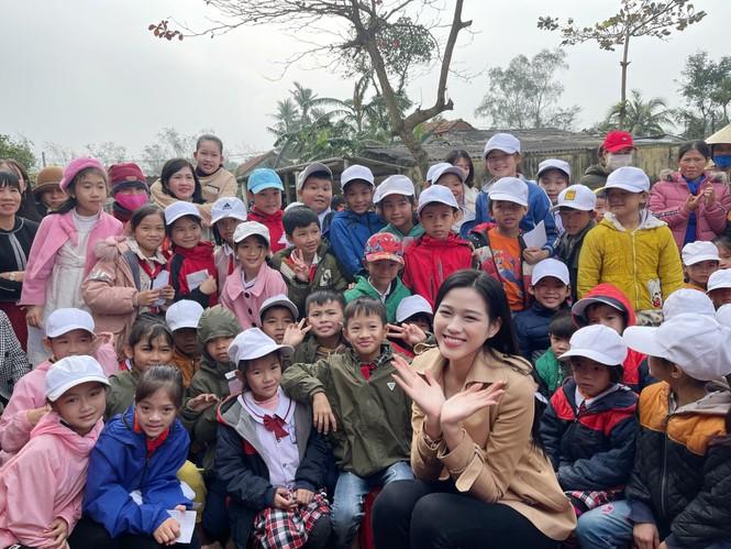 Hoa hậu Đỗ Thị Hà lần đầu trổ tài ca hát khi đi từ thiện ở Quảng Bình  - ảnh 2