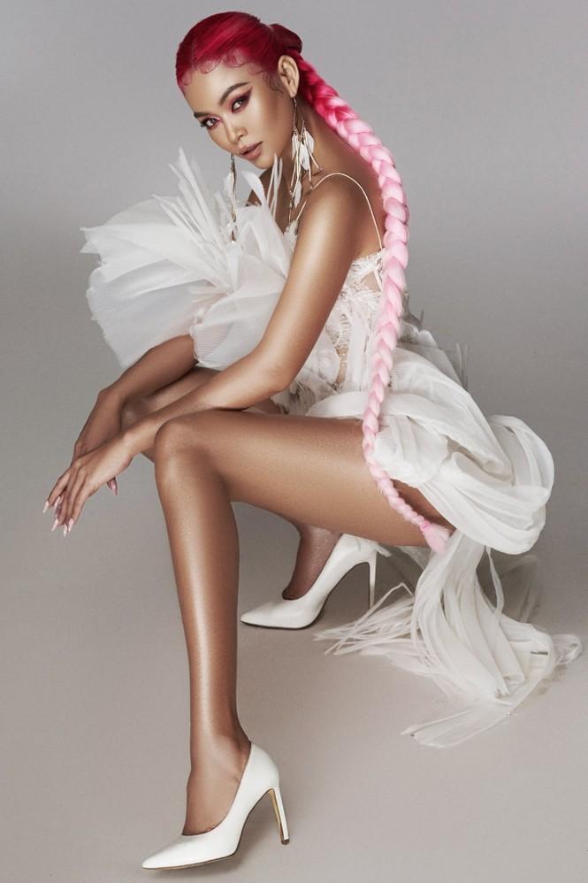 Tiểu Vy khoe thần thái 'đỉnh cao' tựa fashionista, Cẩm Đan vai trần quyến rũ - ảnh 10