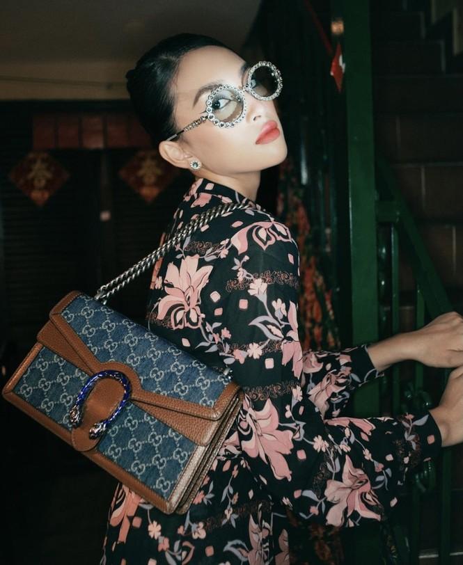 Tiểu Vy khoe thần thái 'đỉnh cao' tựa fashionista, Cẩm Đan vai trần quyến rũ - ảnh 1