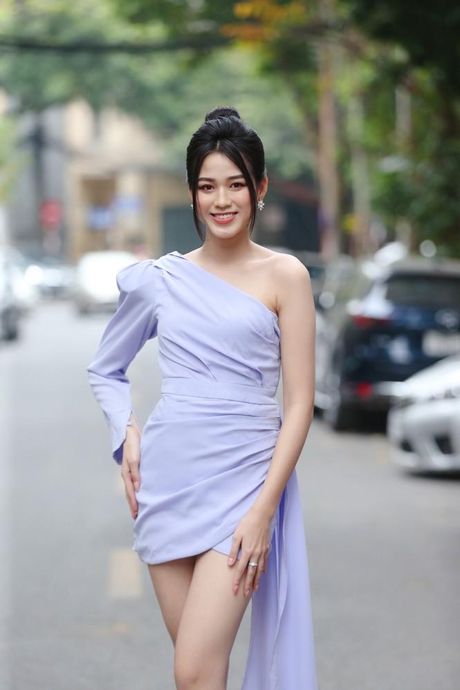 Tiểu Vy khoe thần thái 'đỉnh cao' tựa fashionista, Cẩm Đan vai trần quyến rũ - ảnh 16