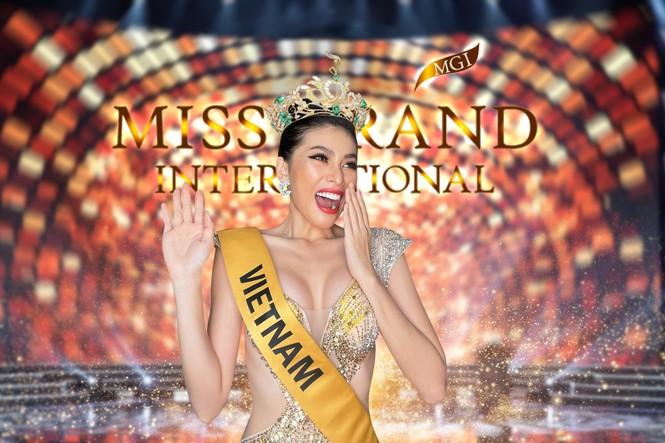 Ngọc Thảo diện váy xẻ vòng 1 nóng bỏng, thực hiện thử thách biểu cảm  vương miện Miss Grand - ảnh 1