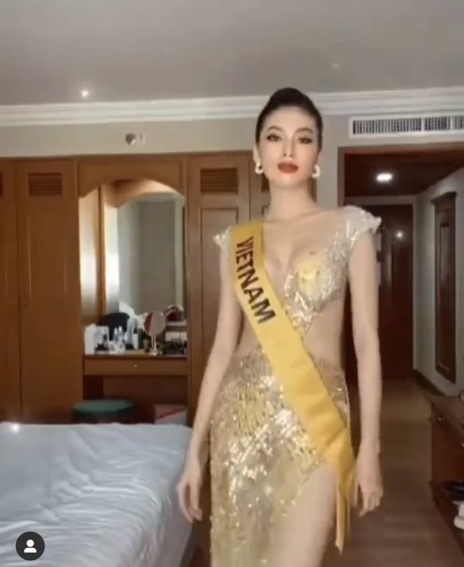 Ngọc Thảo diện váy xẻ vòng 1 nóng bỏng, thực hiện thử thách biểu cảm  vương miện Miss Grand - ảnh 2