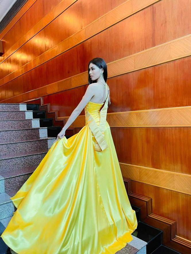 Ngọc Thảo mặc màu vàng 'phong thuỷ' cực lộng lẫy bước vào vòng phỏng vấn ở Miss Grand  - ảnh 3