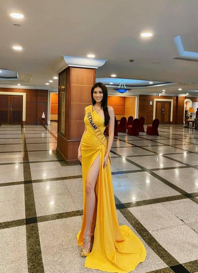 Ngọc Thảo mặc màu vàng 'phong thuỷ' cực lộng lẫy bước vào vòng phỏng vấn ở Miss Grand  - ảnh 1