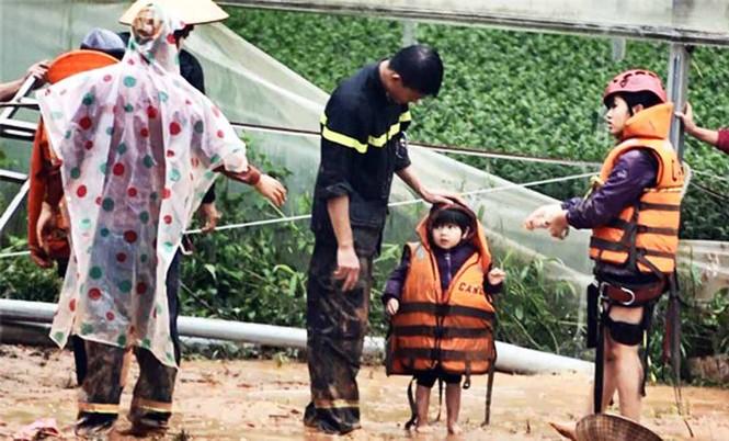 Băng qua nước xiết giải cứu gần trăm người dân bị cô lập - ảnh 2