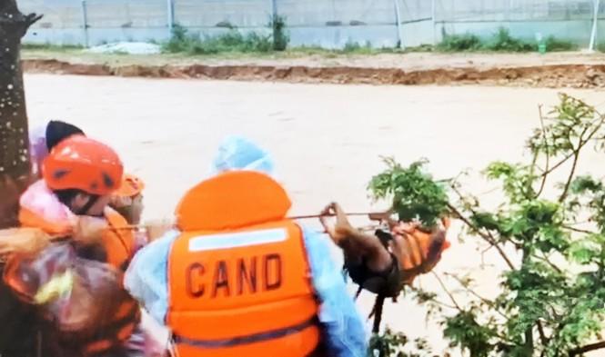 Băng qua nước xiết giải cứu gần trăm người dân bị cô lập - ảnh 1