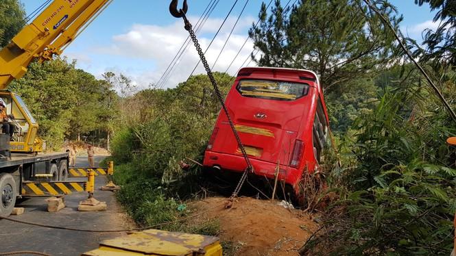 Xe khách lật xuống vực ở Đà Lạt, 15 du khách thoát nạn trong gang tấc - ảnh 1