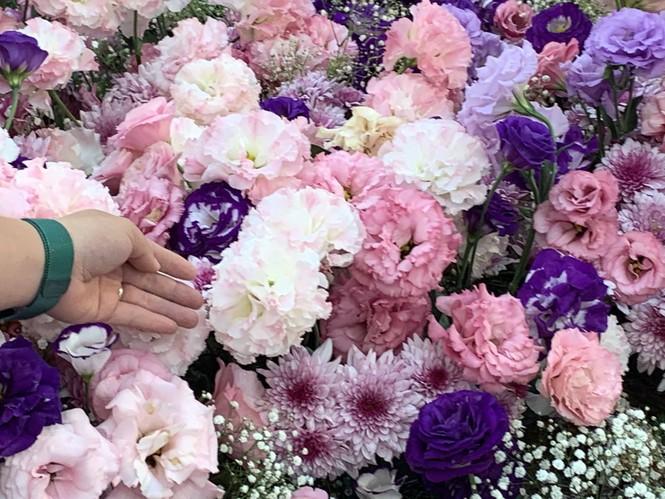 Chiếc váy cưới kỷ lục kết bằng 1 tấn hoa tươi tại Festival hoa Đà Lạt - ảnh 1
