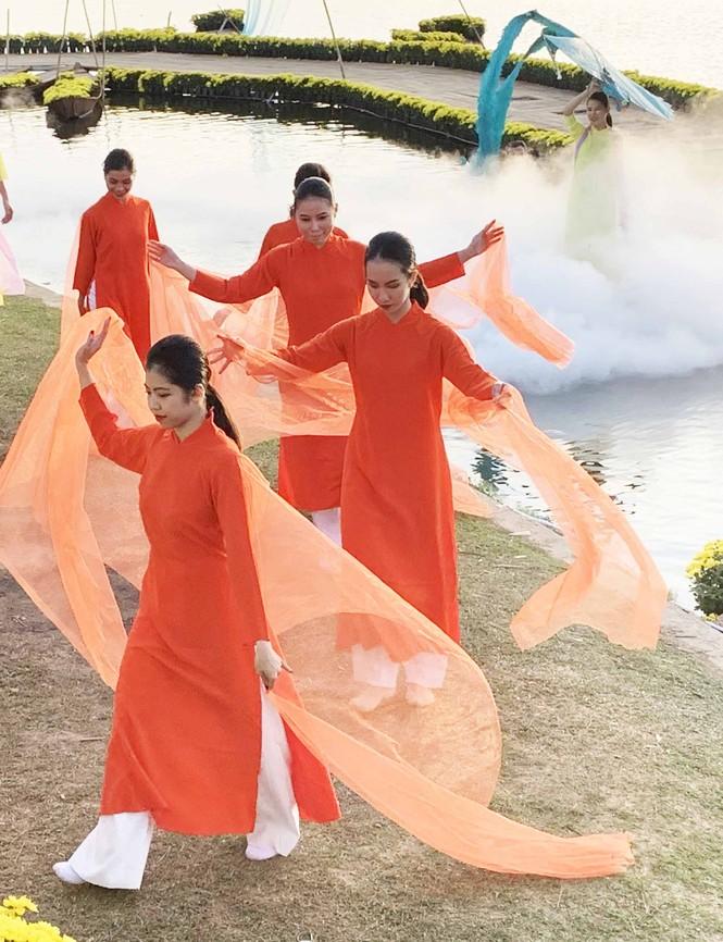 Vẻ đẹp tơ lụa Việt Nam khoe sắc giữa thiên nhiên Đà Lạt huyền ảo - ảnh 2