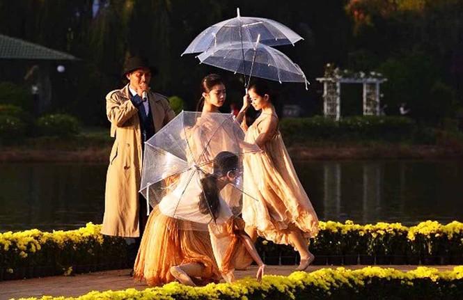 Vẻ đẹp tơ lụa Việt Nam khoe sắc giữa thiên nhiên Đà Lạt huyền ảo - ảnh 4