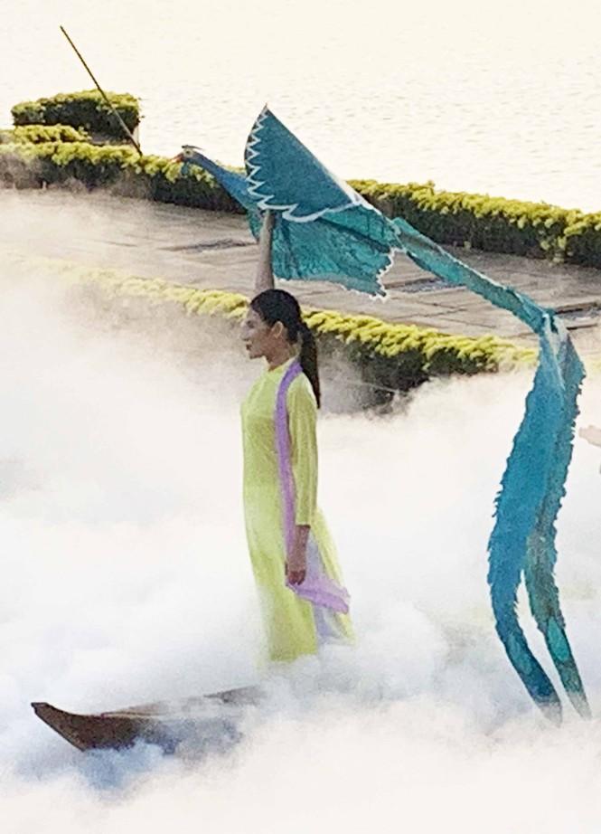 Vẻ đẹp tơ lụa Việt Nam khoe sắc giữa thiên nhiên Đà Lạt huyền ảo - ảnh 5