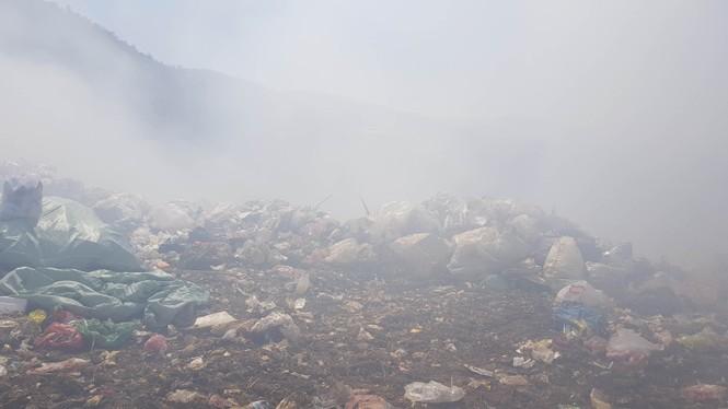 Núi rác Cam Ly bốc cháy suốt 3 ngày, khói bụi mịt mù bao trùm Đà Lạt  - ảnh 3