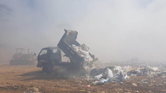 Núi rác Cam Ly bốc cháy suốt 3 ngày, khói bụi mịt mù bao trùm Đà Lạt  - ảnh 4