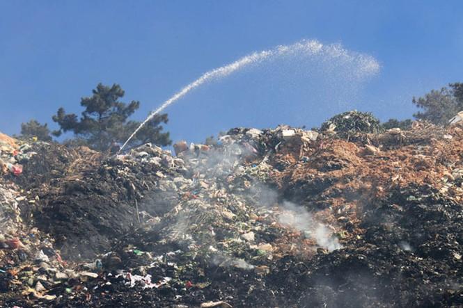 Mới nhất vụ Núi rác Cam Ly bốc cháy suốt 3 ngày, khói bụi mịt mù bao trùm Đà Lạt - ảnh 3