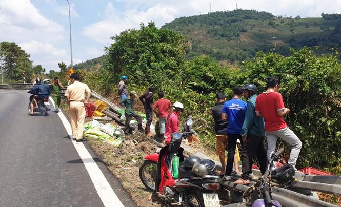 Xe tải lao xuống vực bên đèo Bảo Lộc, hai người thoát chết trong gang tấc - ảnh 1