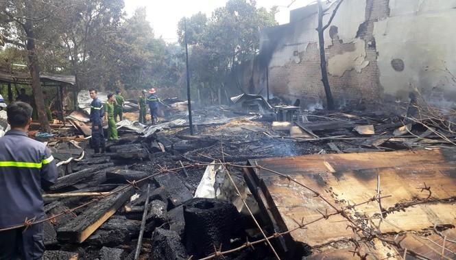 Hỏa hoạn thiêu rụi xưởng gỗ, lan sang nhà dân - ảnh 1