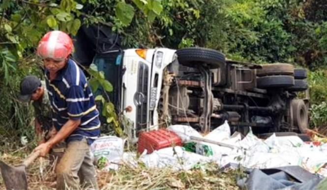 Xe tải lao xuống vực bên đèo Bảo Lộc, hai người thoát chết trong gang tấc - ảnh 2