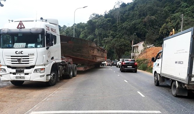 Xe đầu kéo chở thuyền 'khủng' gây tắc nghẽn đèo Bảo Lộc - ảnh 2