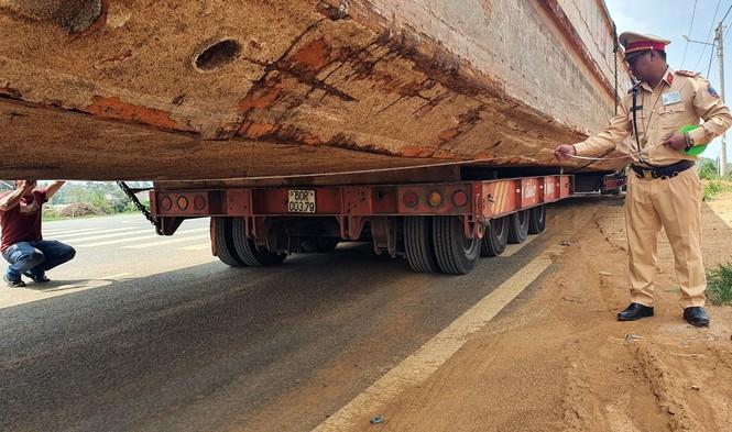 Xe đầu kéo chở thuyền 'khủng' gây tắc nghẽn đèo Bảo Lộc - ảnh 1