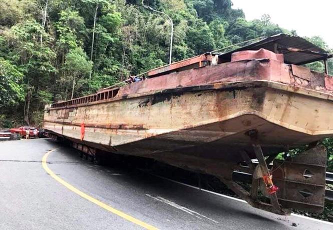 Xe đầu kéo chở thuyền 'khủng' gây tắc nghẽn đèo Bảo Lộc - ảnh 3