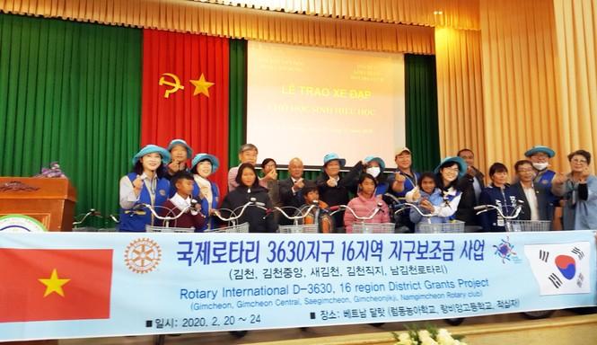 Lâm Đồng trao học bổng, xe đạp cho học sinh nghèo  - ảnh 1