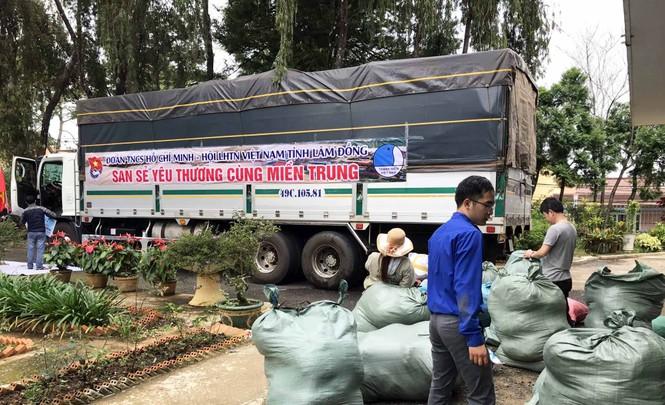 Nhiều chuyến xe 0 đồng chở hàng cứu trợ miền Trung  - ảnh 1