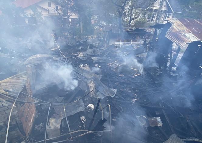 Xưởng gỗ và 3 phòng trọ bốc cháy ngùn ngụt ở Đà Lạt - ảnh 1