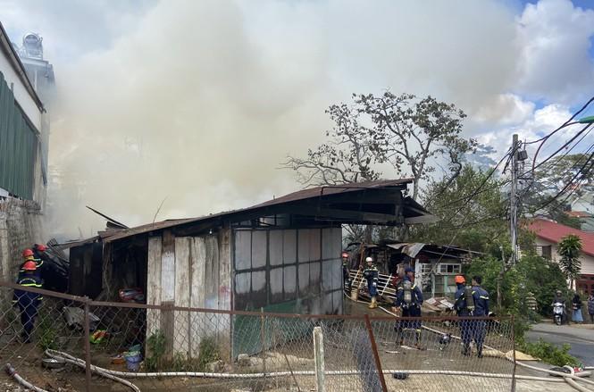 Xưởng gỗ và 3 phòng trọ bốc cháy ngùn ngụt ở Đà Lạt - ảnh 2