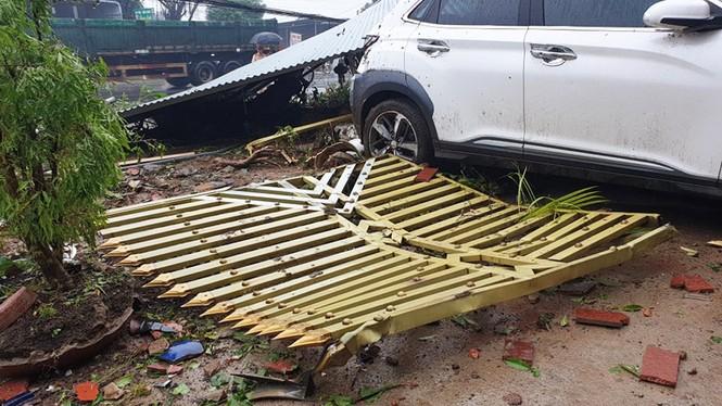 Xe bồn gãy đôi sau khi tông hàng loạt nhà cửa, xe cộ - ảnh 2