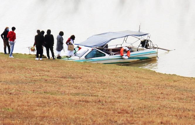 Du khách không mặc áo phao, mạo hiểm tính mạng trên hồ Đan Kia - Suối Vàng - ảnh 3