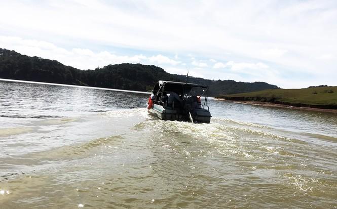 Du khách không mặc áo phao, mạo hiểm tính mạng trên hồ Đan Kia - Suối Vàng - ảnh 4