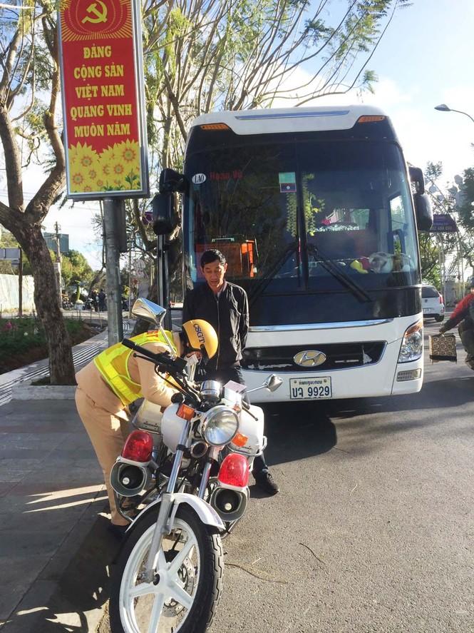 Xe khách biển số Lào, Campuchia hoạt động rầm rộ ở Lâm Đồng - ảnh 2