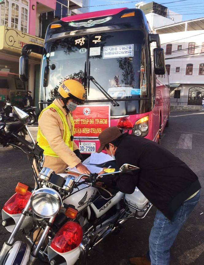 Xe khách biển số Lào, Campuchia hoạt động rầm rộ ở Lâm Đồng - ảnh 1