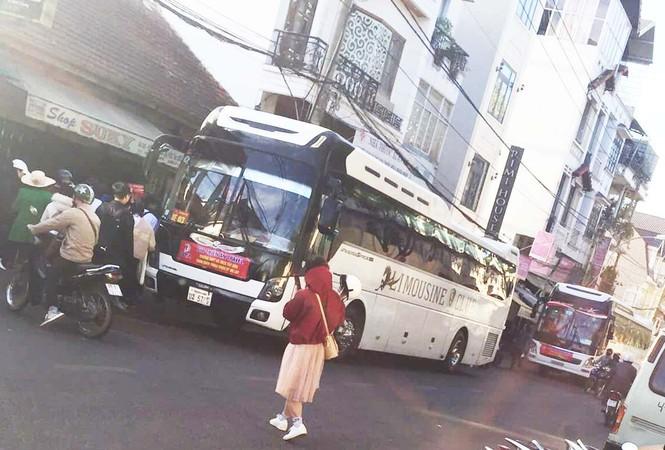 Xe khách biển số Lào, Campuchia hoạt động rầm rộ ở Lâm Đồng - ảnh 3