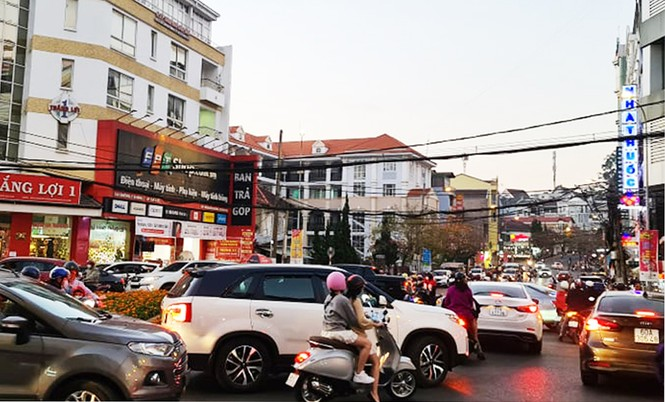 Du khách đổ về Đà Lạt, nhiều người chủ quan với dịch COVID-19 - ảnh 1