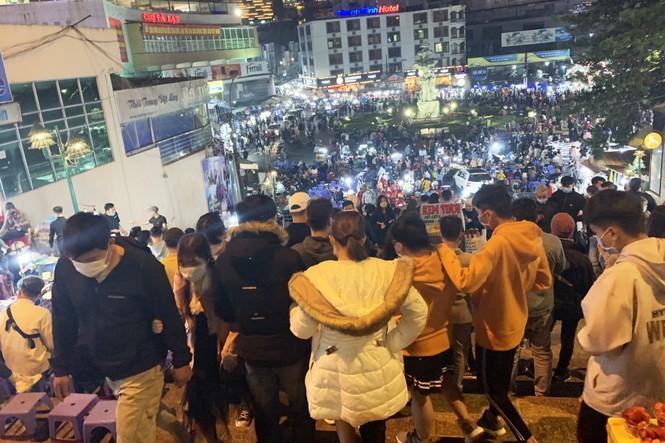Du khách đổ về Đà Lạt, nhiều người chủ quan với dịch COVID-19 - ảnh 4